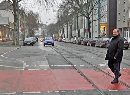 SPD-Ratsmitglied Friedhelm Lueg drängt auf eine baldige Sanierung der Oska-Hoffmann-Straße in Bochum