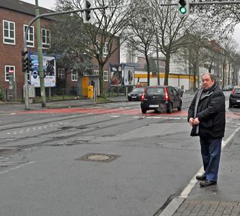 Ratsmitglied Friedhelm Lueg an der Oskar-Hoffmann-Straße.
