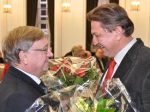 Der Vorsitzende der SPD-Ratsfraktion, Dieter Fleskes (li.), gratuliert Klaus Hemmerling nach dessen Vereidigung als Ratsmitglied.