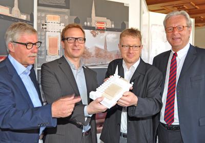Stadtbaurat Ernst Kratzsch, die Architekten Martin Bez und  Thorsten Kock sowie Kulturdezernent Michael Townsend mit dem Modell des Musikzentrums.