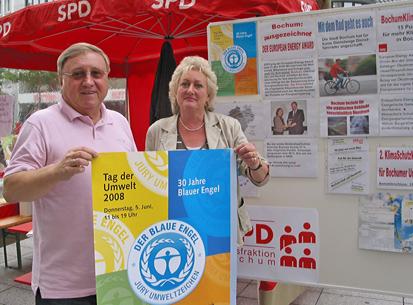 Der Umwelttag 2008 in Bochum fand auf dem Bongard-Boulevard statt. Thema: Der Blaue Umweltengel. Das Foto zeigt Dieter Fleskes (Vorsitzender der SPD-Ratsfraktion) und Christina Knappe (MItglied im Umweltausschuss).