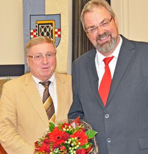 Dieter Fleskes (li.), Vorsitzender der SPD-Ratsfraktion Bochum, und Johannes Schwill nach dessen Vereidigung als Ratsmitglied.