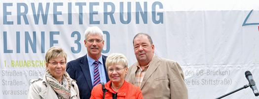 Am heutigen Freitag (21. September) begannen offiziell die Bauarbeiten für die Erweiterung der Linie 310 in Bochum-Langendreer. Im Bild (v.l.): die Landtagsabgeordnete Carina Gödecke, der stellvertretende Vorsitzende der SPD-Ratsfraktion Peter Reinirkens, das Langendreerer Ratsmitglied Rosemarie Busche und Friedhelm Lueg, Mitglied im Umwelt- und Verkehrsausschuss.