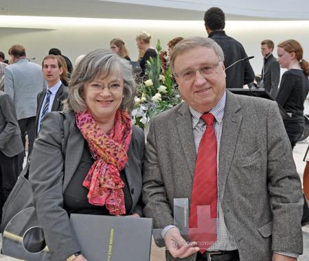 Oberbürgermeisterin Ottilie Scholz und EGR-Aufsichtsratsvorsitzender Dieter Fleskes mit dem symbolischen Schlüssel des Neuen Gymnasiums.