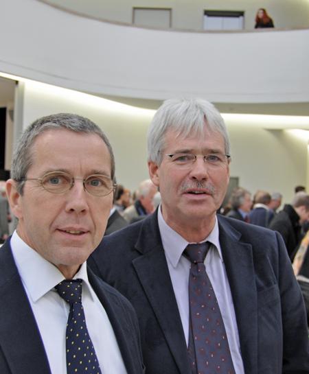 Der bildungspolitische Sprecher der SPD-Ratsfraktion, Ernst Steinbach (li.), und Peter Reinirkens, Vorsitzender des Schulausschusses, nahmen an der feierlichen Schlüsselübergabe teil.