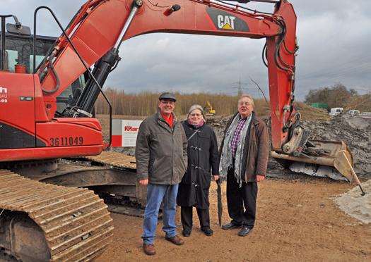Heute begannen die Arbeiten zum zweiten Bauabschnitt der Ortsumgehung Günnigfeld. Im Bild: Die Ratsmitglieder Reiner Rogall (li.) und Rainer Schug sowie Anna-Maria van den Meulenhof, Mitglied der Bezirksvertretung Wattenscheid.