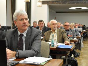 Links im Bild: Fraktionsvorsitzender Dr. Peter Reinirkens während der Opel-Debatte im Rat.