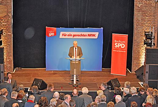 Peter Reinirkens, Vorsitzender der SPD-Ratsfraktion Bochum begrüßte die Gäste im Dampfgebläsehaus. 2013 werde es unter anderem darum gehen, in `enger Zusammenarbeit von Industrie- und Handelskammer, Opel AG, Gewerkschaften, Stadt und Land Entwicklungsperspektiven zu eröffnen, wie wir  möglichst viele Arbeitsplätze erhalten´, sagte Reinirkens