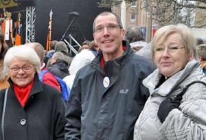 Auch die SPD-Ratsfraktion hatte zur Teilnahme am Opel-Solidaritätsfest aufgerufen. Im Bild (v.l.): die Ratsmitglieder Gudrun Goldschmidt, Fred Marquardt und Erika Thiel.