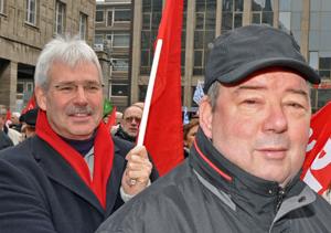 Unter den Teilnehmern am Solidaritätsfest waren auch der Vorsitzende der SPD-Ratsfraktion Bochum Peter Reinirkens (li.) und RRatsmitglied Friedhelm Lueg.