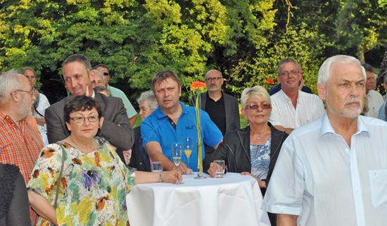 Unter den Gästen waren unter anderem Ratsmitglied Gerd Krüger (li.), Bezirksvertreterin Brigitte Kirchhoff (li., vorne), SPD-Bezirksfraktionsvorsitzender Marc Gräf (dahinter), Bezirksvertreter Norbert Konegen (Mi.), Bezirksbürgermeisterin Doris Erdmann (3. v. re.) sowie die Ratsmitglieder Reiner Rogall (2. v. re.) und Herbert Kastner (vorne re.).