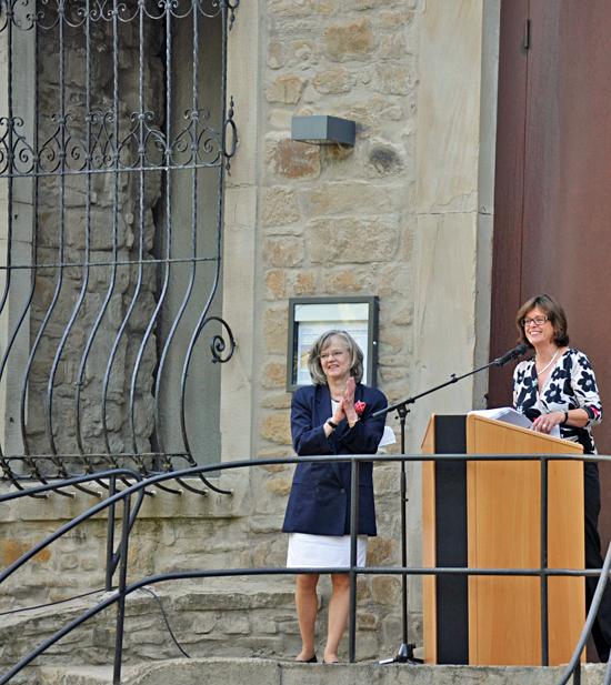 Oberbürgermeisterin Ottilie Scholz und NRW-Kulturministerin Ute Schäfer (re.) gestern bei der offiziellen Einweihung des neu gestalteten Schlossparks Weitmar.
