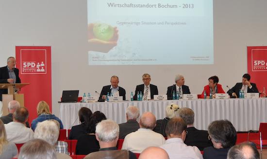 Wirtschaftspolitik stand im Mittelpunkt der offenen Fraktionssitzung der SPD im Rat der Stadt Bochum. Daran nahmen teil (v.l.): Prof. Dr. Helmut Karl (Ruhr-Forschungsinstitut für Innovations- und Strukturpolitik / RUFIS), Axel Schäfer (MdB), Luidger Wolterhoff (Agentur für Arbeit), Dr. Peter Reinirkens (Vorsitzender der SPD-Ratsfraktion), Eva Kerkemeier (IG Metall) und Thomas Eiskirch (MdL).