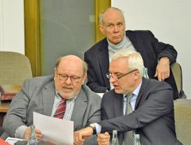 Wirtschaftsminister Garrelt Duin (re.) sicherte Bochum die Unterstützung der NRW-Landesregierung zu. Links im Bild: Prof. Rolf Heyer von NRW.Urban, dahinter Bezirksbürgermeister Bochum-Mitte Dieter Heldt.
