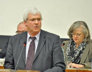 SPD-Fraktionsvorsitzender Peter Reinirkens heute im Rat. Rechts: Oberbürgermeisterin Ottilie Scholz.