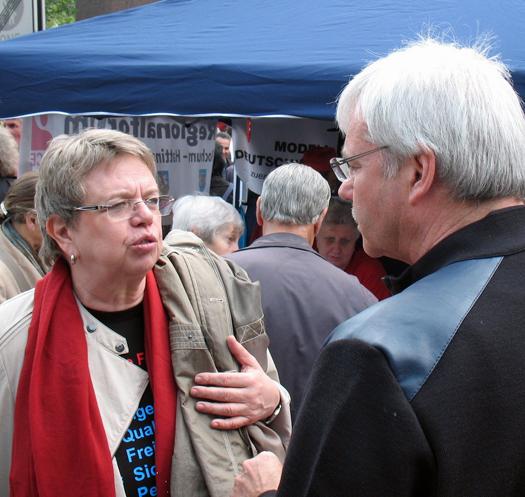 Unter dem Motto `1. Mai 2014: Gute Arbeit. Soziales Europa.´ hatten die Gewerkschaften gestern zum Kundgebung auf dem Willy-Brandt-Platz vor dem Rathaus aufgerufen. Marlis Tepe (li.), Vorsitzende der Gewerkschaft Erziehung und Wissenschaft, hielt die diesjährige Rede zum 1. Mai. Im Anschluss sprach sie auch mit dem Fraktionsvorsitzenden Dr. Peter Reinirkens, unter anderem über Investitionen in die Bildung.