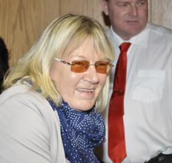 Warten auf die Ergebnisse: Bürgermeisterin Gaby Schäfer gestern Abend