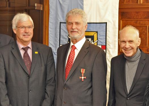 Hermann Päuser (Mi.) erhielt  gestern das Bundesverdienstkreuz. Es gratulierten der Vorsitzende der SPD-Fraktion Dr. Peter Reinirkens (l.) und der Bürgermeister des Bezirks Bochum Mitte Dieter Heldt.