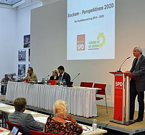SPD-Fraktionsvorsitzender Dr. Peter Reinirkens (r.) wirbt um Zustimmung zum Entwurf des Koalitionsvertrages.