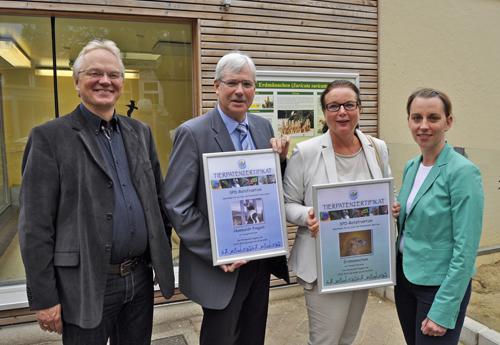 Im Bild (v.l.): Tierpark-Leiter Ralf Slabik, Fraktionsvorsitzender Dr. Peter Reinirkens sowie die Ratsmitglieder Silvia Wilske und Deborah Steffens