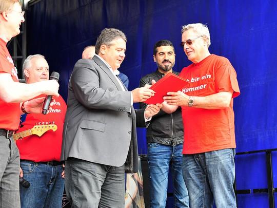Rudi Malzahn wurde von Sigmar Gabriel für 50 Jahre SPD- Mitgliedschaft geehrt