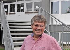 SPD-Ratsmitglied Hans Peter Herzog vor dem Eingang zur Dietrich-Bonhoeffer-Grundschule an der Rihrstraße 150 in Eppendorf.