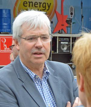 """Dr. Peter Reinirkens, Vorsitzender der SPD-Ratsfraktion Bochum, am Donnerstag (14. August) auf dem Dr.-Ruer-Platz. Die Verbraucherzentrale NRW hatte zu einer Roadshow im Rahmen des Projekts """"Klimaschutz und Energiewende konkret"""" eingeladen."""