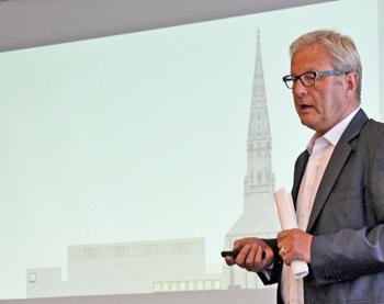 Kulturdezernent Michael Townsend erläutert vor der SPD-Ratsfraktion die Pläne für die BoSy-Büros.