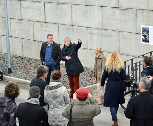 Stadtbaurat Ernst Kratzsch (Mi.) erläutert die Konzeption des Projekts, das im Rahmen des Stadtumbaus West umgesetzt wurde.