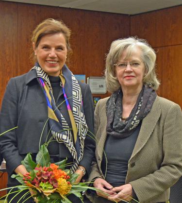 Der Frauenbeirat hat die Sozialdemokratin Angela Siebold (li.) zur Vorsitzenden gewählt. Auf seiner konstituierenden Sitzung befasste sich der Beirat am Dienstag (11. November) unter anderem mit dem Frauenfussball in Bochum sowie mit den Arbeitsschwerpunkten für die nächsten Jahre. Dazu wird zum Beispiel die Flüchtlingspolitik, der gendergerechte Ausbau von Sportstätten sowie die geplante Bebauung in Altenbochum und Laer gehören. Angela Siebold hatte den Beirat auch schon in den vergangenen Jahren geleitet. Oberbürgermeisterin Ottilie Scholz (re.) sicherte dem Frauenbeirat ihre Unterstützung zu.