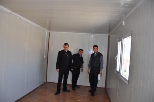Helfer der Caritas vor Ort in einem Container. (Bild: Caritas)