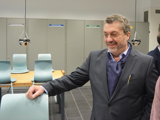 Ratsmitglied Gerd Lichtenberger beim Rundgang durch die sanierte Hans-Böckler-Realschule Bochum.