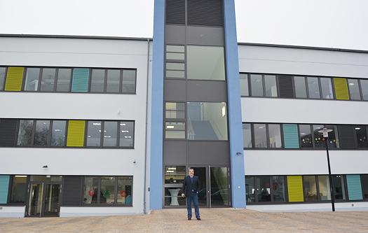 Vor der sanierten Hans-Böckler-Schule in Bochum: Ratsmitglied Gerd Lichtenberger.