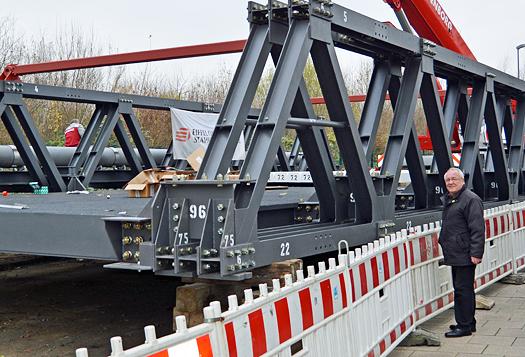 In wenigen Tagen soll die Von-Waldthausen-Brücke in Bochum auf ihre Widerlager gelegt werden. Autos können dann die darunter liegende Bahnstrecke wieder überqueren. Im Bild: Ratsmitglied Reiner Kühlborn. (5. Dezember 2014)
