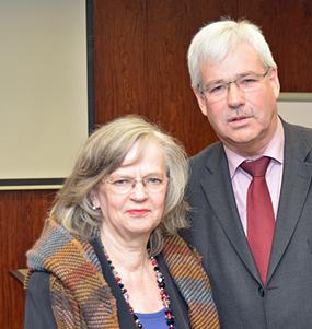 Oberbürgermeisterin Dr. Ottilie Scholz hat am heutigen Donnerstag (15. Januar 2015) ihr Entscheidung bekannt gegeben, sie werde im Herbst 2015 nicht wieder zur OB-Wahl antreten. Vor der SPD-Ratsfraktion erläuterte sie heute ihre Entscheidung; rechts im Bild: Fraktionsvorsitzender Dr. Peter Reinirkens.