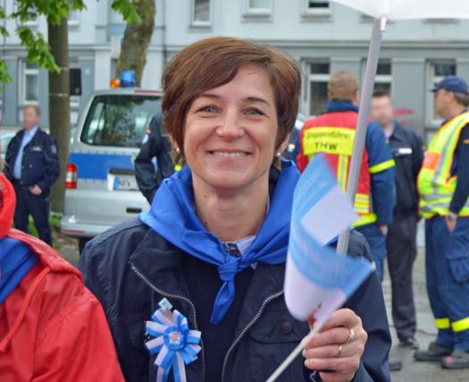627. Maibendfest in Bochum: SPD-Ratsmitglied Susanne Mantesberg auf dem Kirmesplatz an der Castroper Straße. Hier sammelten sich die Teilnehmerinnen und Teilnehmer vor dem Festumzug durch die Innenstadt.