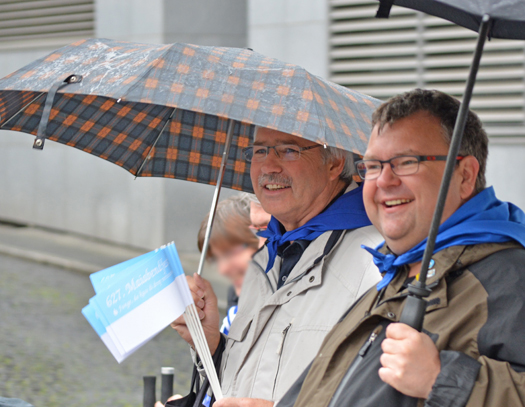 Fraktionsvorsitzender Peter Reinirkens (li.) und Ratsmitglied Jörg Czwikla am Samstag (25. April 2015) beim Umzug (hier auf der Brückstraße auf dem Weg durch zur Beckporte) im Rahmen des 627. Maiabendfestes in Bochum.