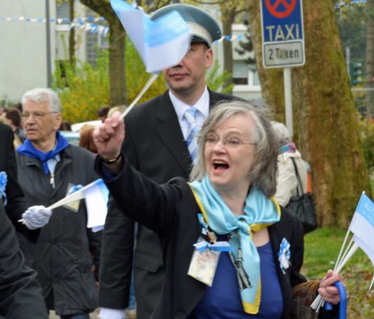 Oberbürgermeisterin Dr. Ottilie Scholz beim 627. Maiabendfest am Samstag (25. April 2015), hier in Bochum-Harpen auf dem Weg ins Bockholt.