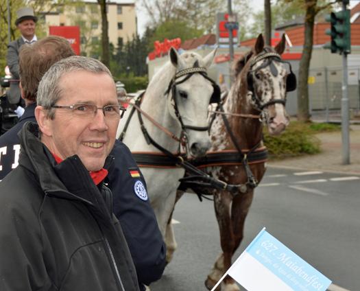 627. Maiabendfest in Bochum: Das Harpener Ratsmitglied Ernst Steinbach erwartete den Festzug auf dem Harpener Hellweg / Ecke Maischützenstraße (25. April 2015).