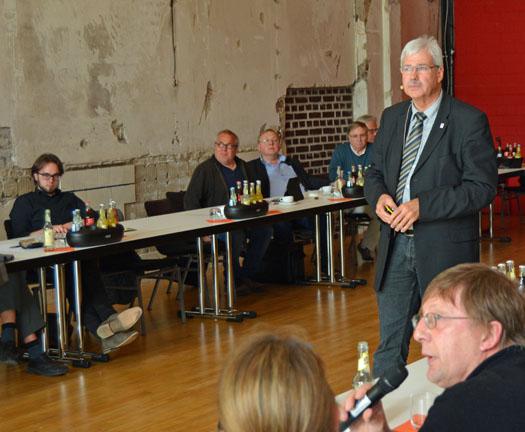 Peter Reinirkens (stehend) ist Vorsitzender der SPD-Ratsfraktion Bochum.