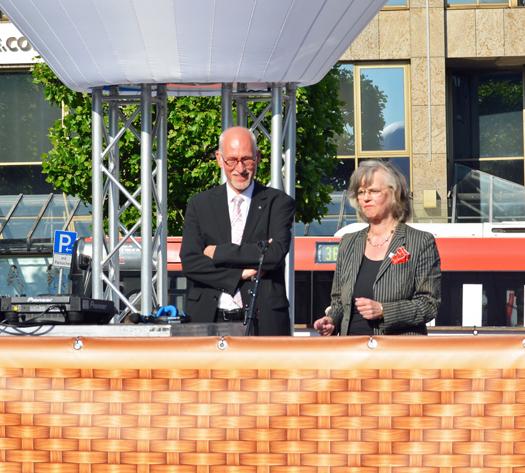 Nach der Blaupause  gab es die Blaue Stunde auf dem Willy-Brandt-Platz. Im Bild: RUB-Rektor Elmar Weiler und Oberbürgermeisterin Ottilie Scholz