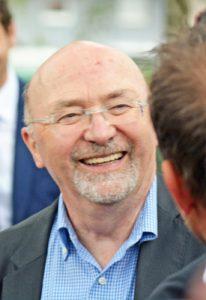 Der ehemalige Geschäftsführer der VBW Bauen und Wohnen GmbH übernahm die Führung beim Rundgang durch die Flüsse-Siedlung.