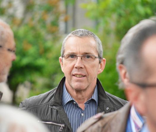 Ratsmitglied Ernst Steinbach beim Rundgang durch die Flüsse-Siedlung