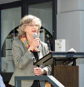 """Die Bochumer Oberbürgermeisterin Dr. Ottilie Scholz bei der Eröffnung des Stadtteilzentrums """"Q1. Eins im Quartier""""."""