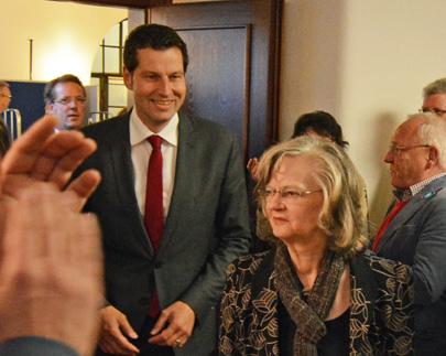Thomas Eiskirch wird neuer Oberbürgermeister von Bochum. Am Sonntag (27. September 2015) setzte er sich bei der Stichwahl gegen seinen Mitbewerber von der CDU durch. Eiskirch löst Ottilie Scholz (vorne) ab; sie war nicht erneut angetreten. Das Foto zeigt Eiskirch und Scholz beim Betreten des Ratssaals.