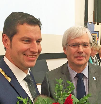 Amtseinführung: Thomas Eiskirch (li.) ist am Mittwoch (21. Oktober 2015) in sein Amt als Oberbürgermeister von Bochum eingeführt worden. Der Vorsitzende der SPD-Ratsfraktion Bochum Dr. Peter Reinirkens gratuliert.