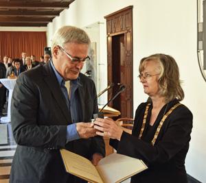 Oberbürgermeisterin Dr. Ottilie Scholz (re.) hat am Donnerstag (1. Oktober 2015) den Ehrenring der Stadt Bochum verliehen. Zehn der 13 neuen Ehrenringträgerinnen und -träger konnten an der kleinen Verleihungszeremonie im Rathaus teilnehmen, darunter das ehemalige Ratsmitglied Rudolf Malzahn.