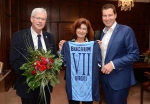 Oberbürgermeister Thomas Eiskirch (re.) verabschiedet Stadträtin Birgitt Collisi. Links im Bild: Peter Reinirkens, Vorsitzender der SPD-Ratsfraktion
