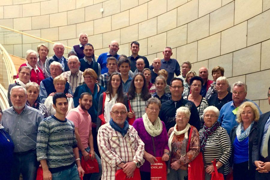 Aus Bochum, Wattenscheid und Syrien: Serdar Yüksel empfängt buntgemischte Besuchergruppe am Rande des Plenums