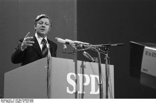 Helmut Schmidt auf einem SPD-Parteitag in Dortmund (Urheber: Bundesarchiv, B 145 Bild-F048638-0030 / Wegmann, Ludwig / CC-BY-SA 3.0 / Wikimedia Commons)